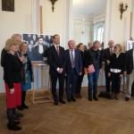 Wspólne zdjęcie rektora UW i rodziny Józefa Brudzińskiego przy portrecie bohatera wystawy
